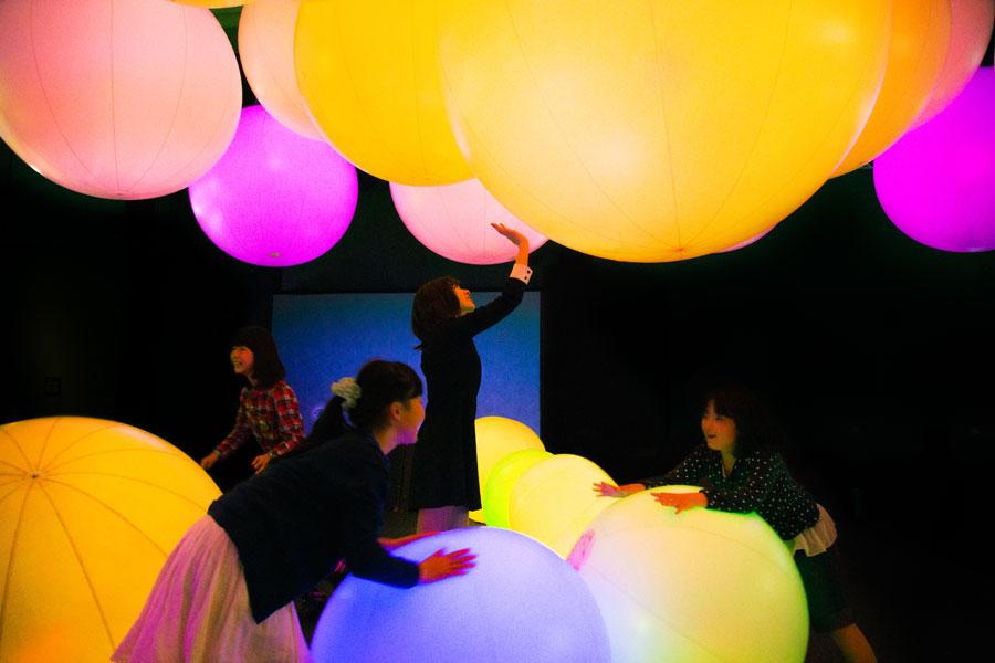 転がすと、色も音も変化する「光のボールでオーケストラ」