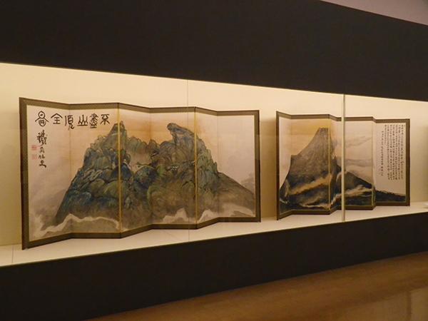 《富士山図》 1898年(明治31) 紙本着色、六曲一双 清荒神清澄寺 鉄斎美術館蔵(前期展示)