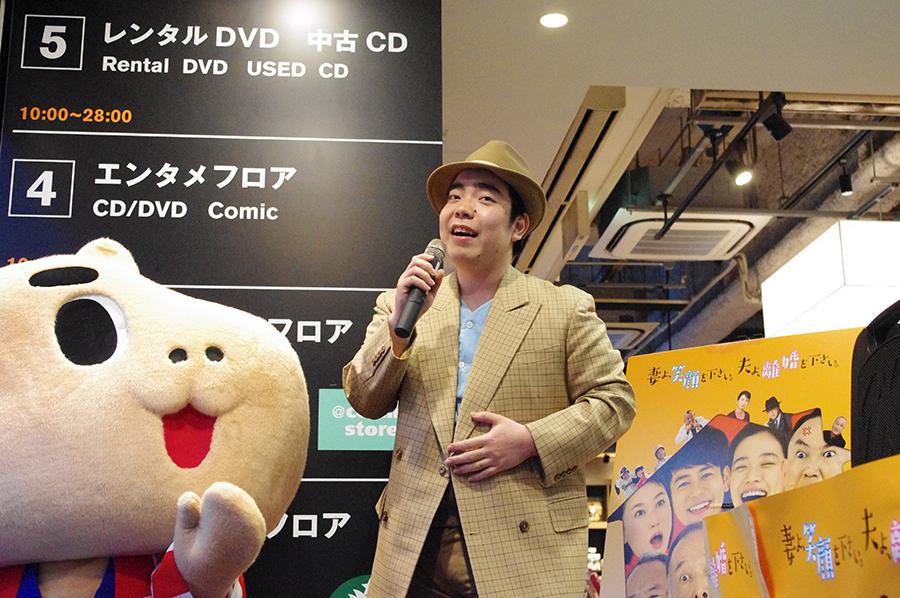 雨のなか、店頭リサイタルを行った演歌歌手・徳永ゆうき
