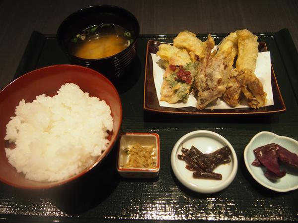 この日は、南瓜、水茄子、みょうが、椎茸、小鯛の漬物が天ぷらに(季節ごとに変更)