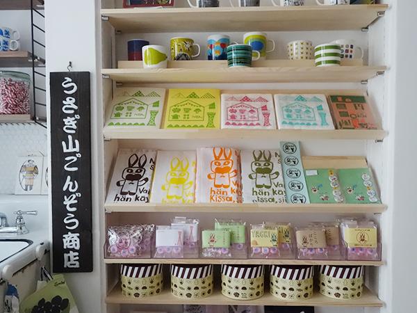 現行品のマグカップやエコバッグも販売。カップ2,700円〜