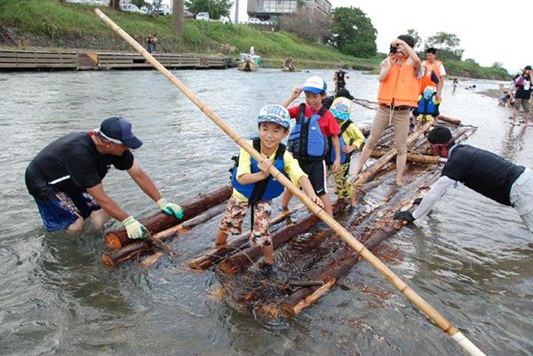 <いかだを作ろう!>自分たちでいかだを作って安治川を渡ります。小学生以上の2名1組で申し込みを。1回90分1名500円 ※作ったいかだに乗るのではなく、乗船用のいかだを別途用意