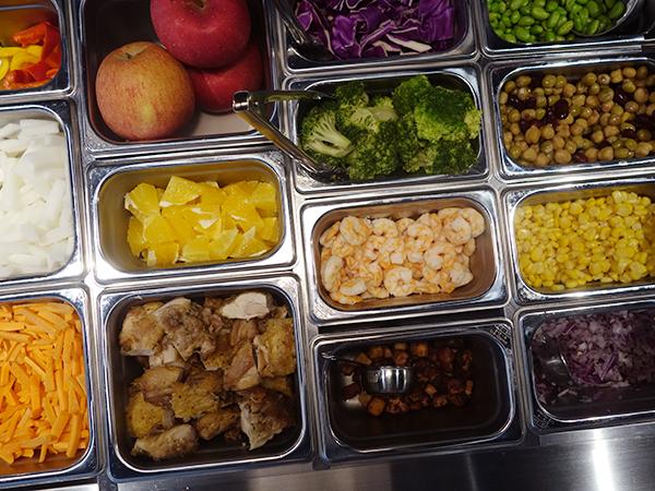 野菜は毎日中央市場から。トマト、キュウリなどベーシックなものから、クルトン、ウォールナッツ、アップル、オリーブ、トリュフなど全31種から選べる