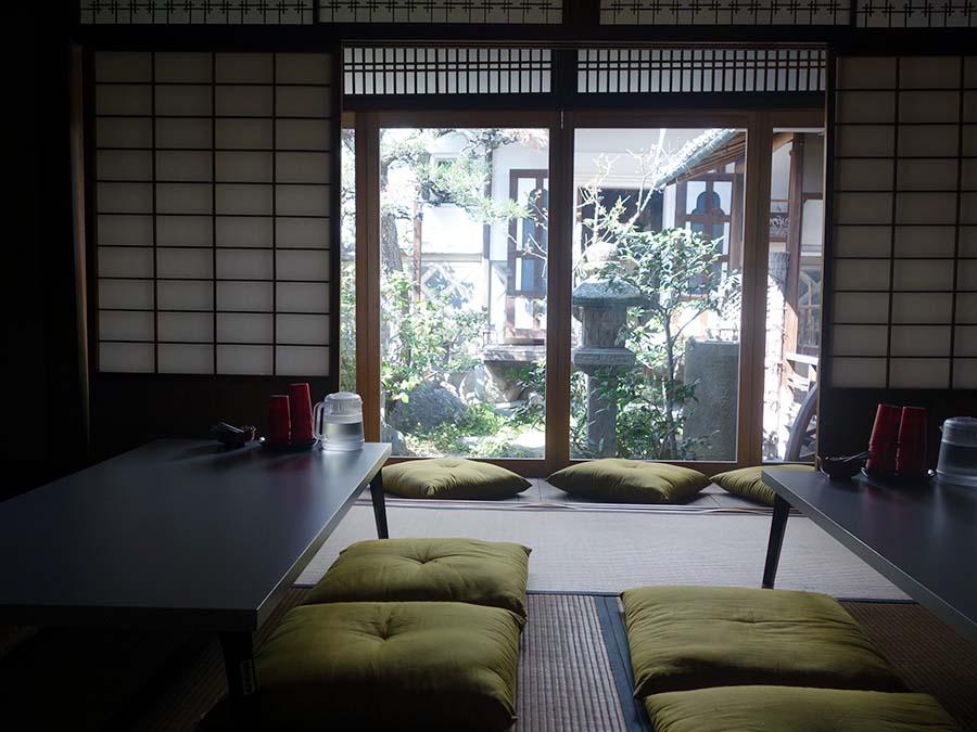 和室がダイニングルームに。日本庭園が3カ所もあり、窓から景色を楽しめる