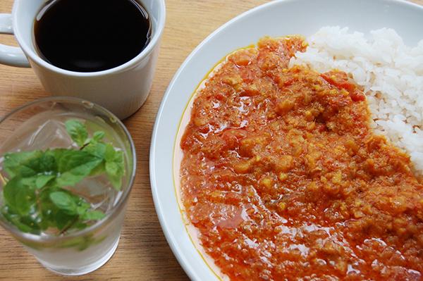 カフェはランチからバータイムまで営業。武蔵で採れる夏野菜やキノコを使ったカレーにアジアな麺、手作りおやつ、奈良県産のお茶や梅ジュース、ビールや地酒などがスタンバイ
