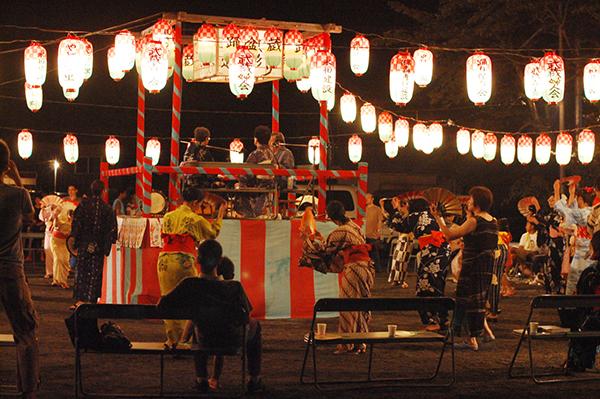 十津川盆踊りは、舞扇を両手に持って踊る優雅な踊り。毎年8月13〜15日に村内各地で開催されます。多い地区では30曲も伝承され、しかもすべて違う振りだとか!