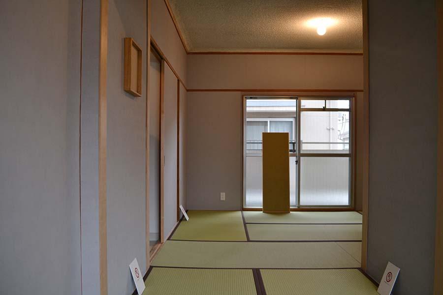 一見普通に見えるが実は壁がやすり! 松延総司によるアート部屋「やすりの部屋」