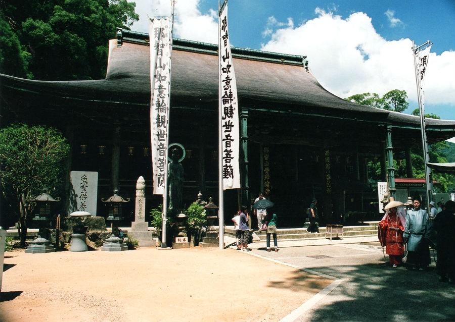 西国三十三所の1番目の礼所は、熊野信仰の霊場として歴史ある「那智山青岸渡寺」