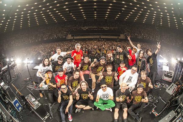 ライブ終了後に、大阪城ホールの観客をバックにステージで記念撮影 写真/渡邉一生