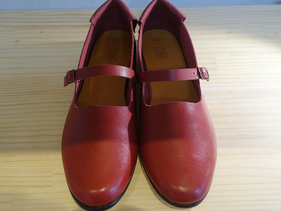 神戸出身の作家による「子供の頃ショーウィンドウで見た憧れの赤い靴」。ストーリーがある商品も多い