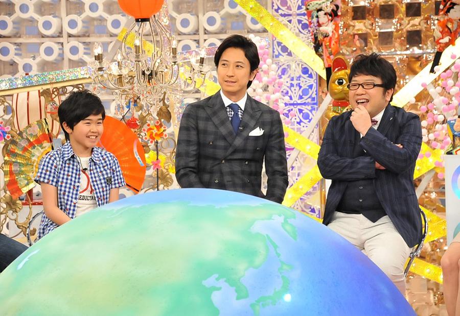 MCの谷原章介(中央)と天野ひろゆき(右)、左はゲストの鈴木福