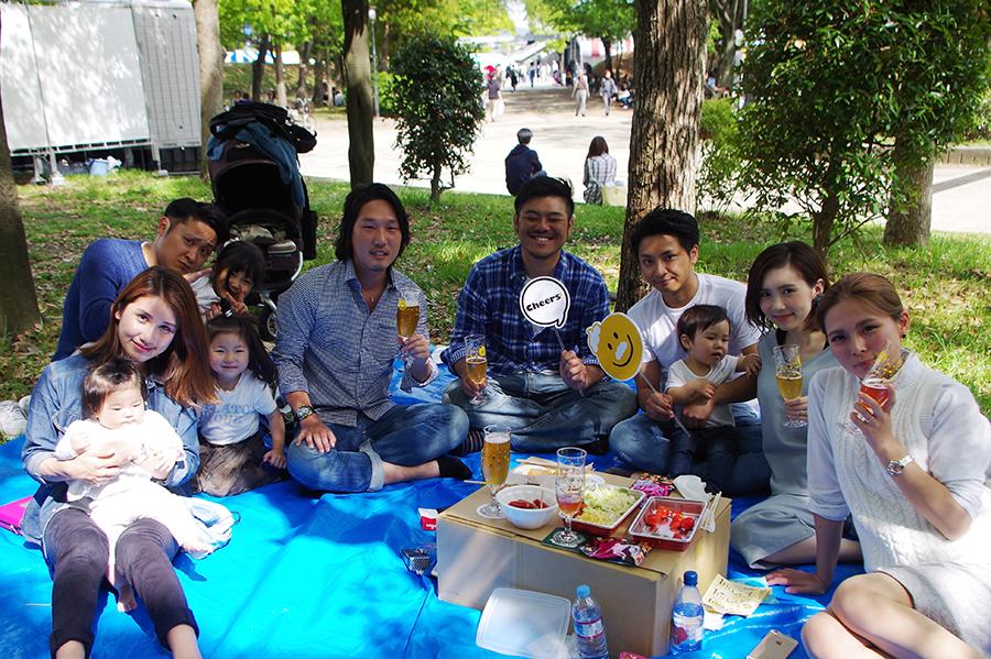 青天に恵まれ、ピクニック気分でクラフトビールを楽しむ来場者たち