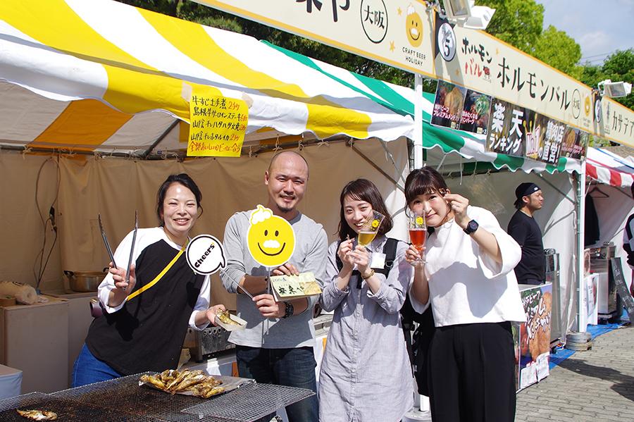 「うちげの魚安来や」ブースでするめいかを試食した松田さん(一番右)と小原さん(右から2番目)