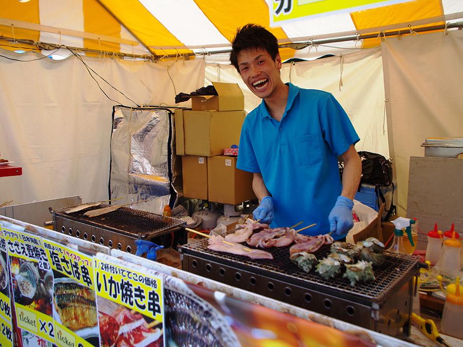 楽しそうにイカやサザエを焼く海士物産のスタッフ