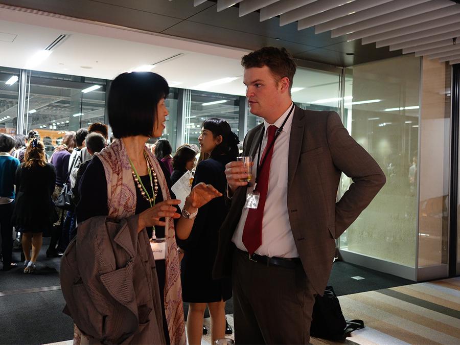 ワークショップ後に、参加者とフレンドリーに会話する講師トム。大阪に来て、好きな言葉は「食い倒れ」だそう