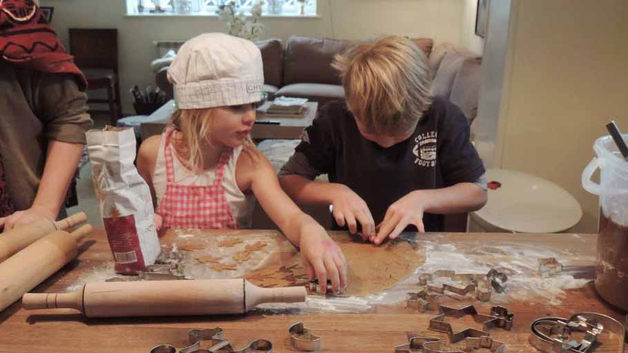 いろんな家族と触れあう機会も。スウェーデニッシュクリスマスジンジャーブレッドを子どもと一緒に作成