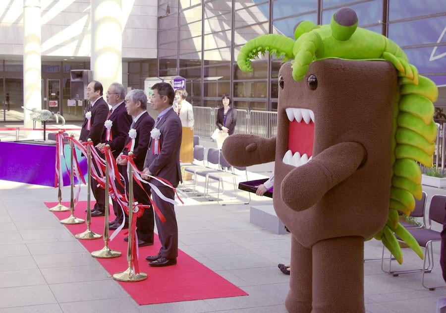 「大阪市立自然史博物館」で行われる『生命大躍進-脊椎動物のたどった道-』の開会式に登場したどーもくん