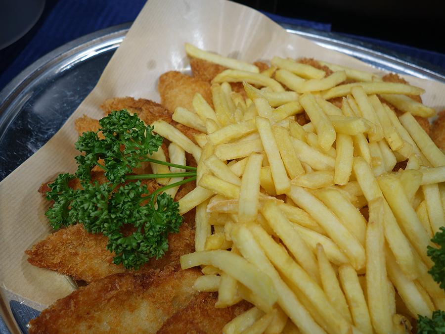 英国料理に欠かせないフィッシュ&チップスも登場