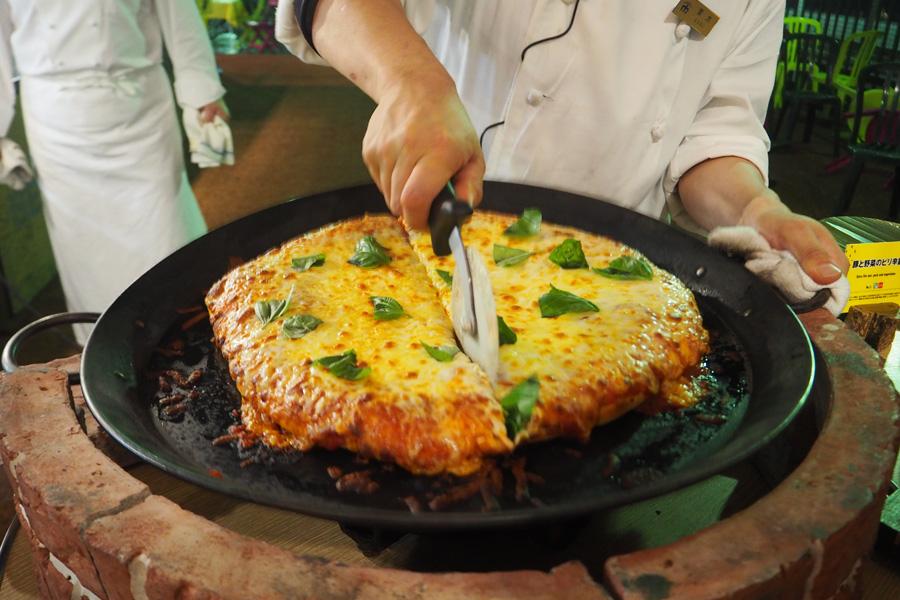 チーズたっぷりの窯焼きピッツァなど約30種類のフードメニューを用意