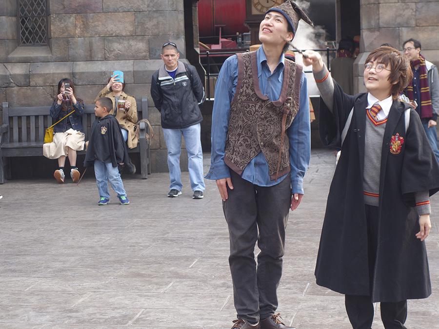 4月12日に行われたプレビューで魔法に挑戦。やはりワンドを持つなら、制服は着ておきたいところ