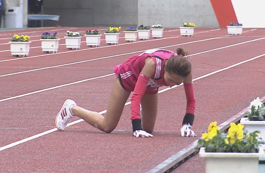 足がもつれて転倒する福士加代子、2008年の『大阪国際女子マラソン』