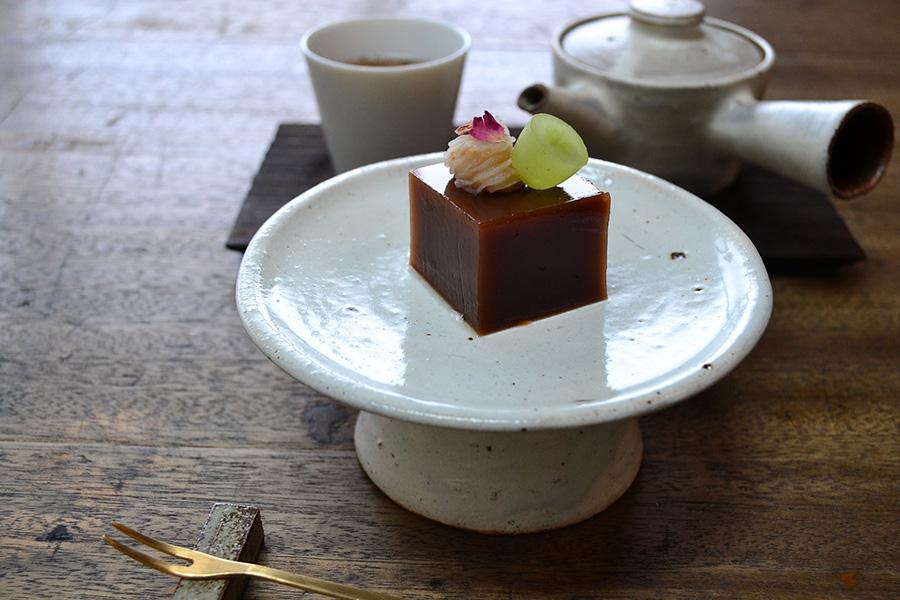 かざり羹 紅茶350円。一緒に、お抹茶やほうじ茶、煎茶などがいただけるほか、今後、コーヒーと和紅茶などもメニューに加わる予定