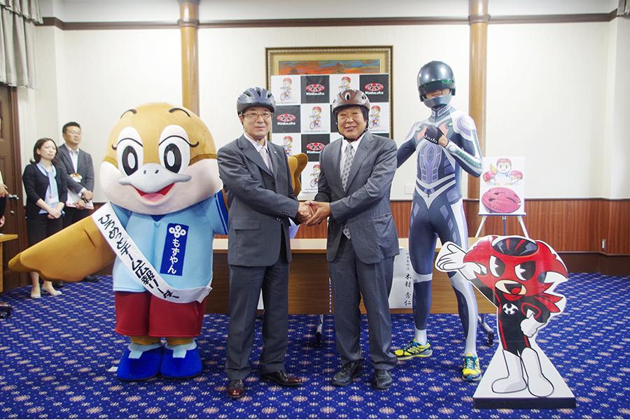 左からもずやん、松井知事、OGK木村代表取締役、ケッタマン
