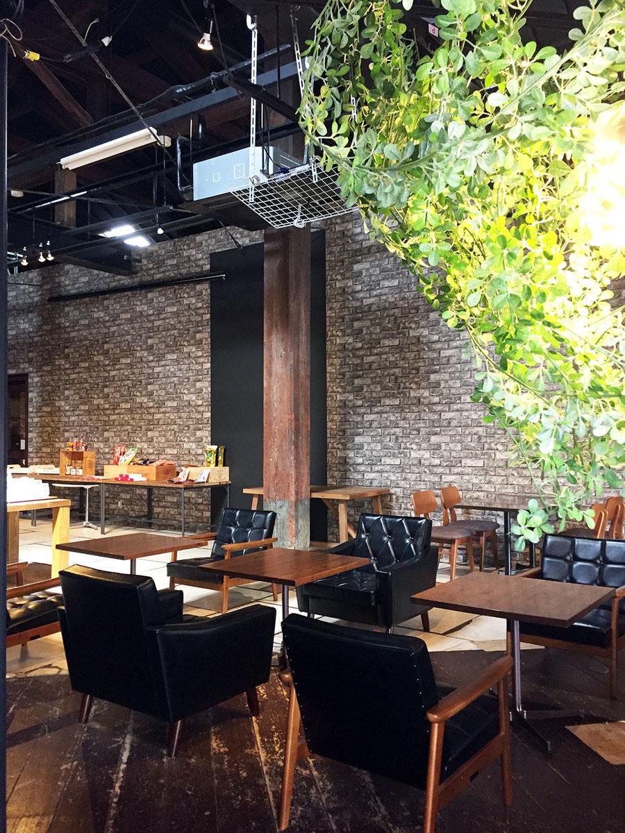 元々倉庫とあって天井は高く、落ち着いた空間の内装