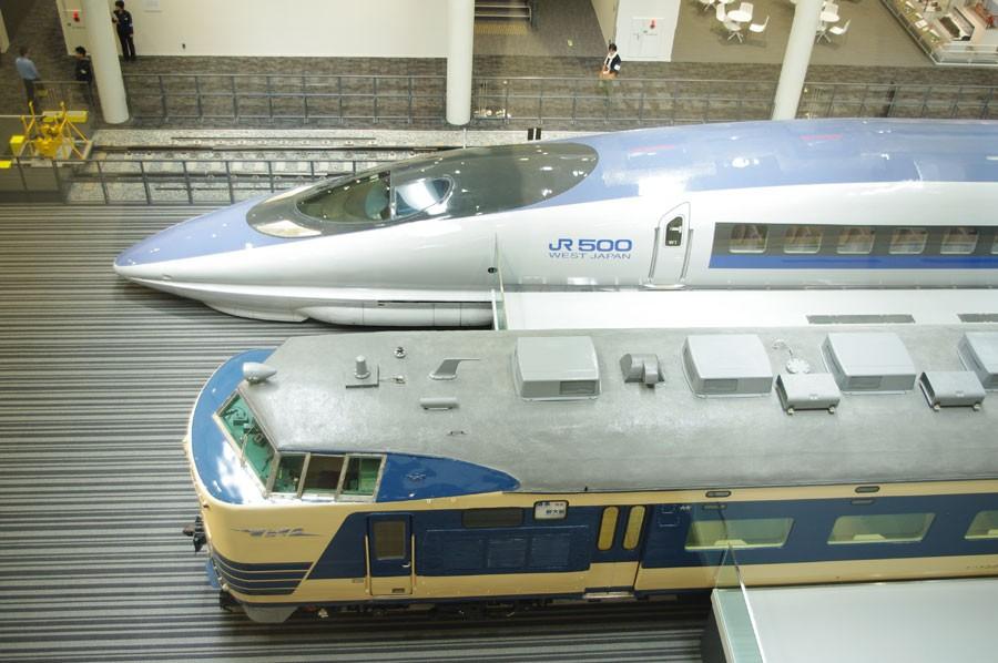「京都鉄道博物館」の本館1階に展示されている500系新幹線と寝台特急でも活躍した581系の列車