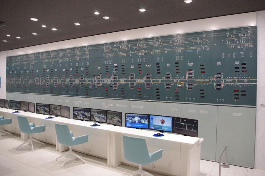 複数の列車をコントロールする指令所で行われている仕事が、マウスを使って体験できる