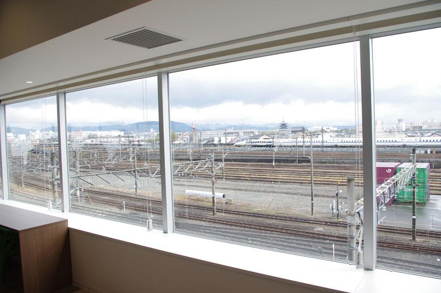線路を走る列車全体を見渡せる大きな窓