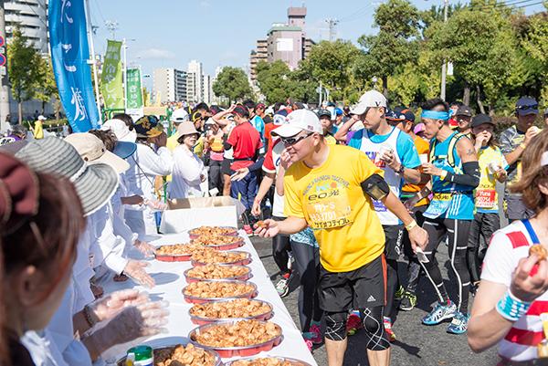 2015年に開催された第5回大阪マラソンのフードサービス、「まいどエイド」
