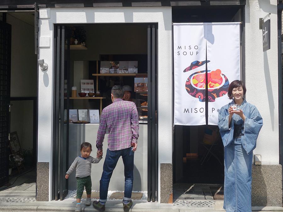 3坪の小さなお店、右側が床さん。野菜嫌いの子どもも喜んで食してくれるそう