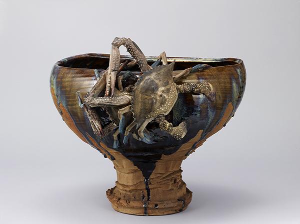 重要文化財 褐釉高浮彫蟹花瓶 1881(明治14)年 高36.5cm、口径39.8×19.5cm、直径16.5×16.3cm 東京国立博物館蔵 TNM Image Archives
