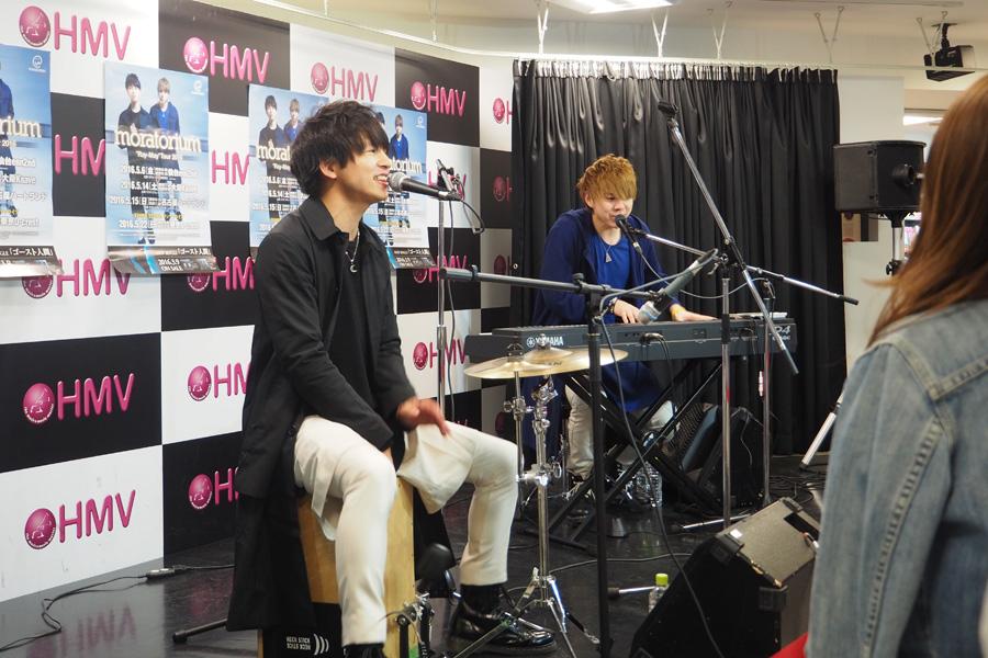 4月9日に「HMV三宮VIVRE店」で行われたインストアライブの様子