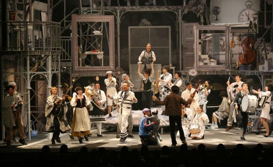 『麦ふみクーツェ』千秋楽より。カーテンコールにはいしいしんじも登壇、音楽監督のトクマルシューゴの指揮によるアンコールで幕を閉じた