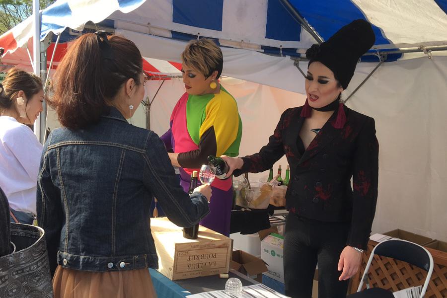 振る舞い酒をするナジャ・グランディーバ(左)と、ベラ・グラマラス(右)