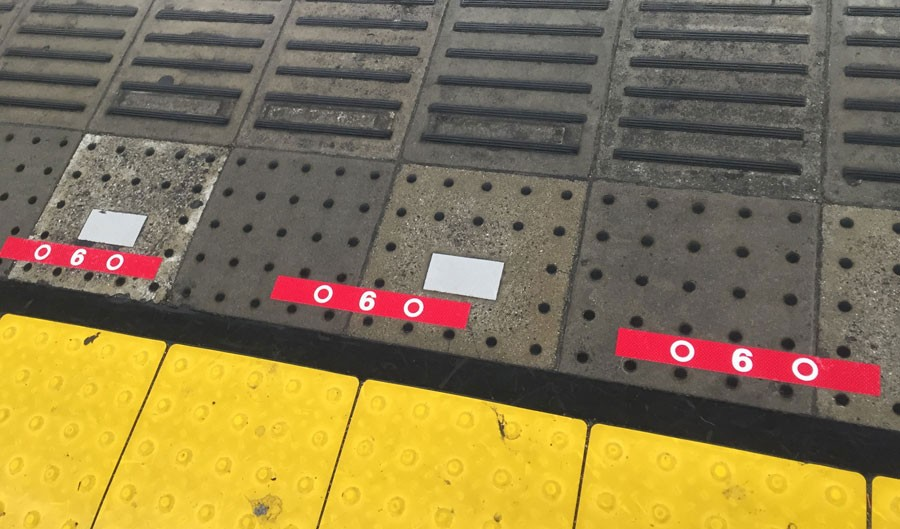 今回の更新にあわせ、足下の車両表示も変更に。到着列車の扉位置を明確にし、「スムーズな乗車につなげるため」に○△マークで識別するという