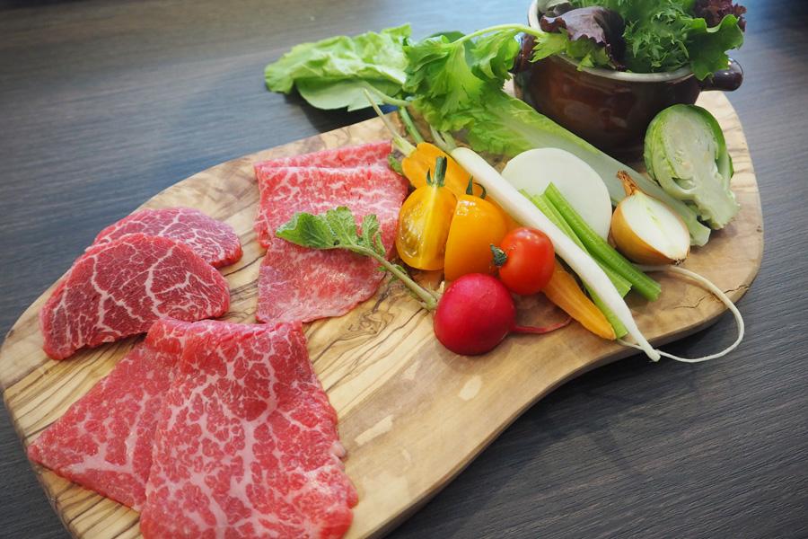 和牛赤身と近江焼き野菜のバーニャカウダー2,700円など、女子がうれしいメニューが揃う