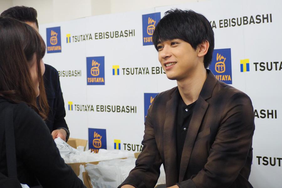 笑顔で「うんうん」とファンの要望を聞く吉沢亮(22)