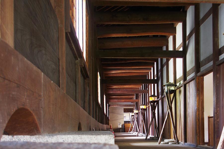 高い天井は大きな梁がいくつも使われ、多くの兵士が駐屯できるようになっている