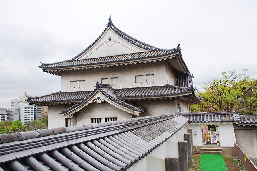 徳川幕府大阪城再築工事元年、1620年(元和6年)に作られた千貫櫓。瓦の装飾も立派だ