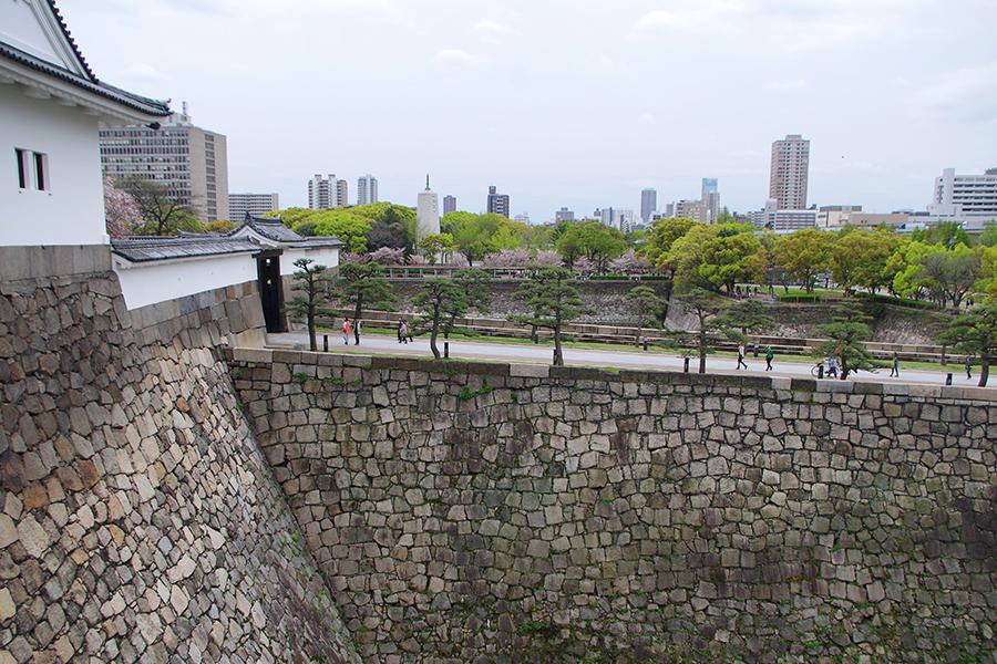 千貫櫓の内部から眺める、大阪城の大手口土橋