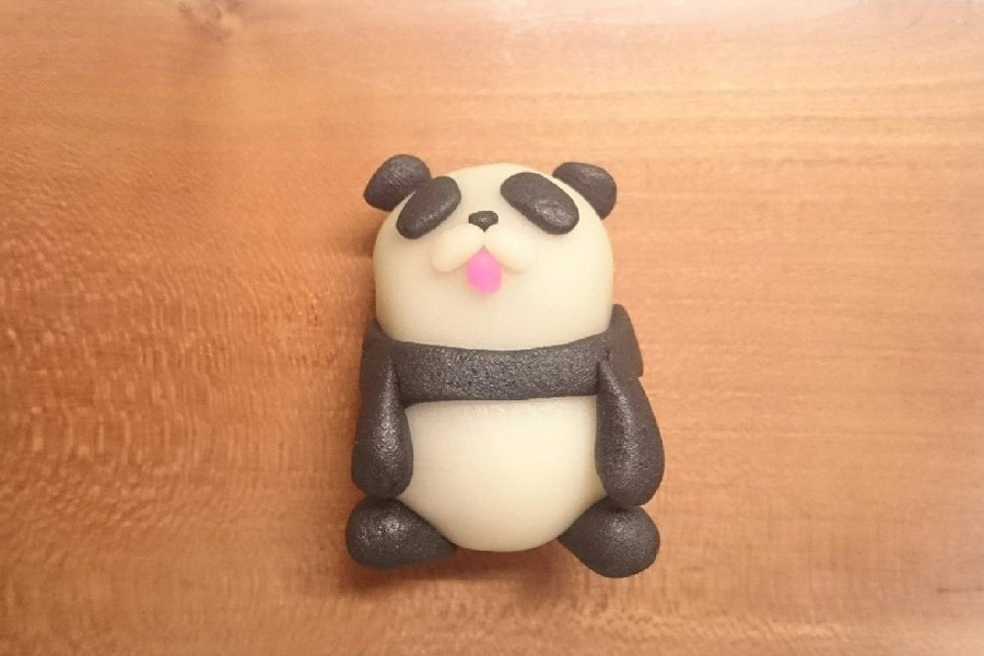 「宝泉菓子舗」の生菓子、パンダの練りきり