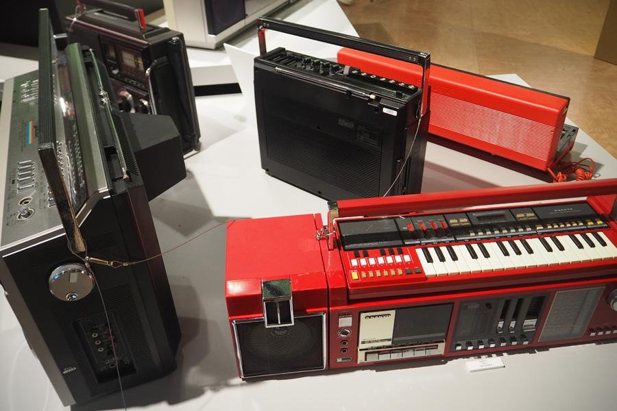 キーボードやレコーダー、リズムボックス、テレビなどが付いた日本独特の多機能ラジカセ