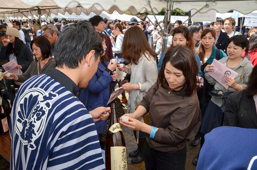 『第3回 酒−1グランプリ』(4月17日・松尾大社)での銘酒試飲の様子