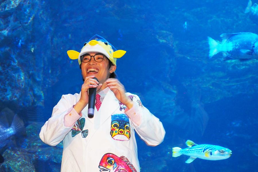「京の海」にいる魚のイラストを描いた白衣を着て、登場したさかなクン