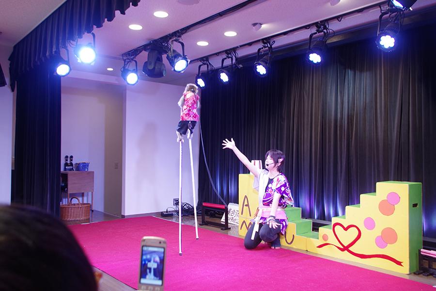竹馬パフォーマンスで観客を魅了する『通天閣猿まわし劇場』