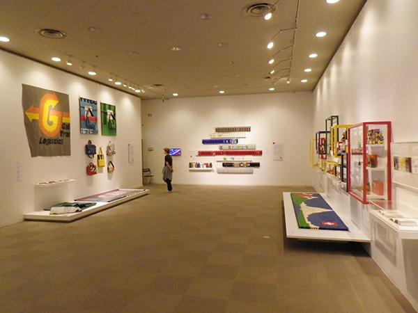 「スイスデザイン展」会場風景。ネフ、シグ、フライターグの展示
