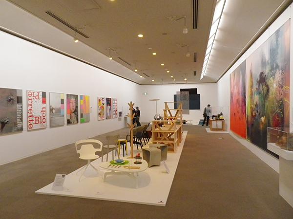 「スイスデザイン展」会場風景。展覧会の最後を飾る現代のデザイナーたちの展示
